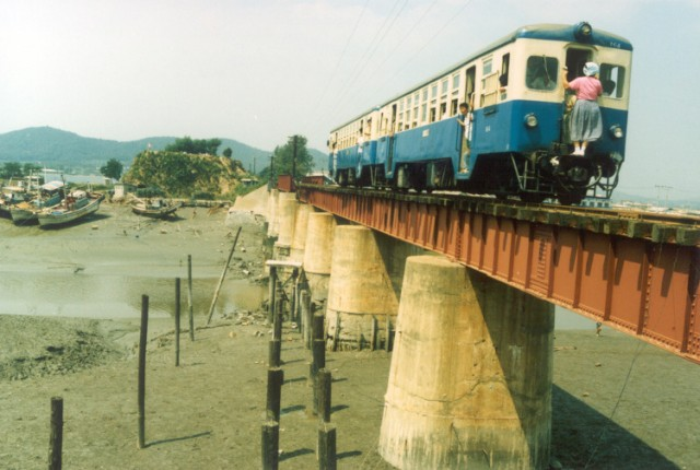 Railcar and trailer on the Sorae Railway Bridge in 1988.