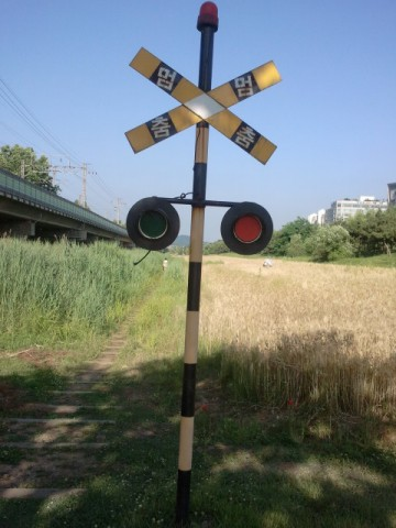The railway crossing signal at Jeokgeumro (적금로) near Gojan Station (고잔역).