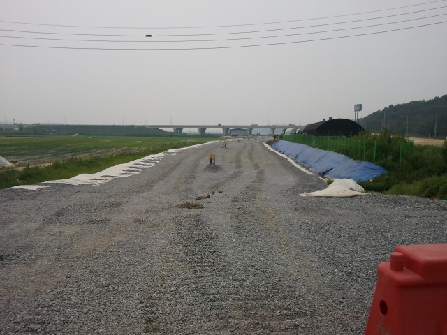 Shortly afterwards the next road bridge can be seen. This is road 15 (Seohaean Expressway), a major road in Korea. The subway line is progressing quite nicely here.