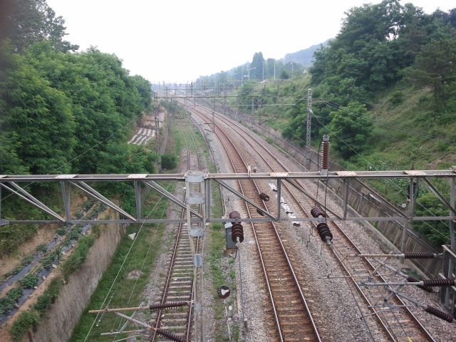View from the overpass towards Choji station. It seems the narrow gauge line might have run in the last few years next to the railway line on the high ground, as the Naver map shows a path from the underpass in previous pictures to this point.