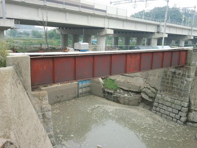 However, one other small bridge can still be found between Ansan and Inchon. Between Wolgot Station (월곶) and Darwol Station (달월) this small bridge is located right next to the commuter line (which is the concrete bridge in the background).