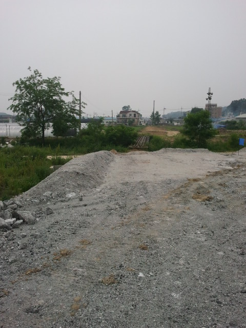 But then near매송 (Maesong) the track picks up again. A bridge is the first part of the line still in situ walking to the west.