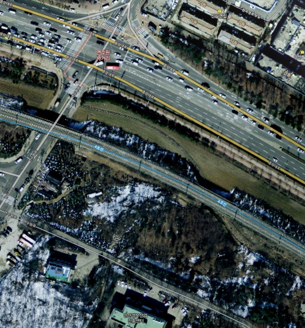 A cutout from Naver. This picture clearly shows the route of the underpass at this point. The satellite picture is outdated, today this area already looks quite different. But even in 2012 the old narrow gauge line was still there.